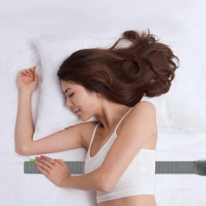一个年轻女人躺在床上睡觉