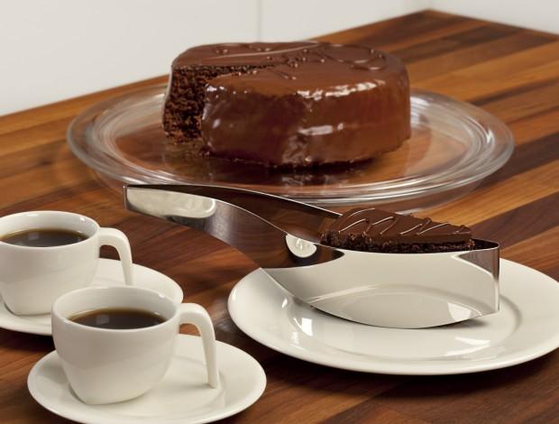 Cake-Server_with-cake-620x470