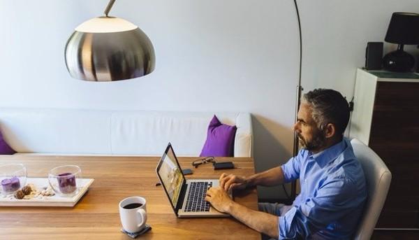 lampe-scheint-auf-einem-mann-mit-notebook-herab