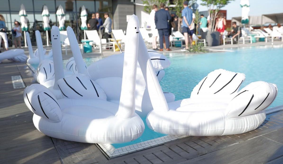 英國 Ridiculous Inflatable Swan-Thing 中指鵝浮床5