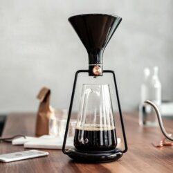 智能手沖咖啡壺 GINA,只要連接app選擇喜愛既沖泡方式,倒上app上顯示相應既咖啡粉同水,配上內置既智能精準電子秤完全唔驚倒錯份量,沖泡完成後手機也會發出提醒