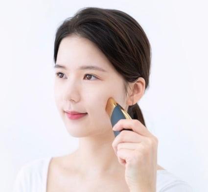韓國Bengalic Galvanic推出的面部按摩機擁有四種模式,包括「微電流模式、護理前模式、皮膚護理模式、皮膚提升模式」,分別可以做到「提亮、清潔、補水、緊膚、吸收」五大功效。