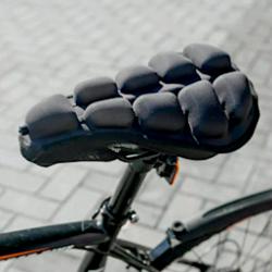 Cyclemate 3D透氣單車墊採用空氣對流方法,能緩衝40%身體垂直壓力,降低臀部負載和壓力。避震同時也具備良好的透氣性