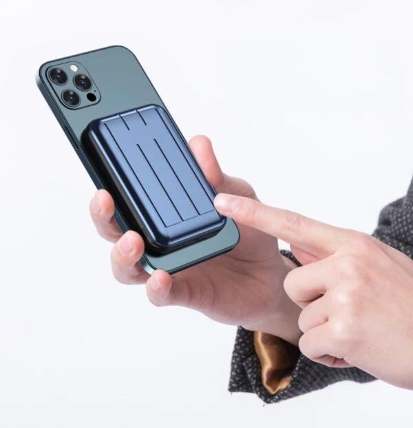 ChargeMax 全新3合1磁吸無線充電器,一個裝置做到無線、磁吸、快充,配有 5000mAh 電源,專為 iPhone 12全線系列而設。