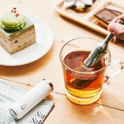 來自初芳宇的「磁吸沏茶筆」,將傳統茶具整合為單手操作;當茶湯到達個人喜好的濃度之後,拿出來的沏茶筆可以直接放回筆座