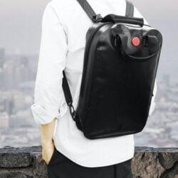 MVB背包有雙重拉鍊,完全防水設計可低擋風雨。