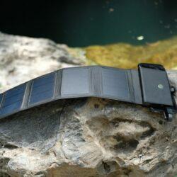 """Sunslice 不僅是一個可永續充電的 """"太陽能""""充電器,而且附送 3合1充電線(USB-C、Micro-USB、Lightning),隨時可為手機充電"""