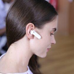 M2WT2是世界第一部翻釋耳機,3種模式讓你戴上耳機就即時翻譯,不用再看著機器。使用時, 只需分開充電箱,並與對方分享一半耳機。耳機將自動喚配對及翻譯,真正傳達內心想法!
