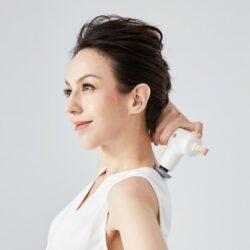 台灣 Lisscode™ 敲敲小摩 按摩槍不但外型簡約,彩妝色系搭配皮質吊繩,型塑獨特品味;470g 輕量小巧的體積,方便隨身攜帶