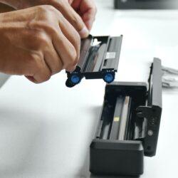 HPRT A4專用 無線便攜打印機 能隨時隨地幫你整齊打印A4文件;310.5mm長也不過是比略長於文具盒的大小,即使內置碳帶仍輕於800克