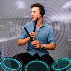 Pocketdrum 採用便攜設計,單邊鼓棒僅重83g,隨時隨地都可以練習打鼓!使用它可學習基本打鼓知識,你可以按照自己想要的節奏演奏,仿真振動效果能為您提供最逼真的聲音和打鼓體驗。