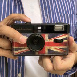 Escura snaps 35 復古菲林相機,配合 escura vintage 400 底片,一按即時盡攬街上風景,隨行隨拍;影出來的相,經沖曬後更有懷舊風格的柔和色調