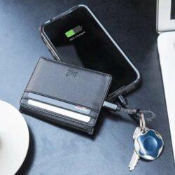 法國 Xoopar INE 纖薄防盜充電卡套就做到這件事,它是卡套與行動電源結合的設計