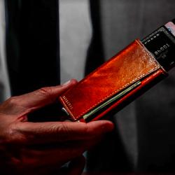 Trigger 防盜錢包 採用優質意大利小牛皮及軍用級鋁製造,兼備耐用及優雅外觀,配合專利彈卡裝置,讓你能極速取卡付款!