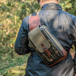 The Factory M 109 碳纖維騎士側肩包 經典的騎士肩包設計,時尚不退流行。舒適貼心,防水、RFID防盜,適合日常使用。
