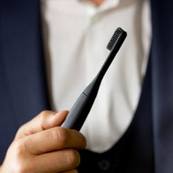 意大利品牌 PomaBrush 電動牙刷就創新地使用矽膠刷毛,不但大大提升耐用性,而且配搭15000次震動/分鐘,可以擊碎牙垢,並舒緩牙齦炎,矽膠刷毛更有防止細菌積聚的效果