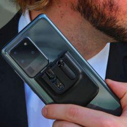 Scendo Snapods 是以磁吸方式緊貼電話的真無線耳機,與電話二合為一,攜帶電話同時攜帶耳機,無須與電話分開