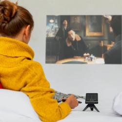Prima 超薄口袋投影機 可以用藍牙或者Wi-Fi連接手機秒速同步,投影亮度比起同類既微型投影機高出4倍,投影出黎既畫面寬度最大可達200吋,仲擁有1080p高清度
